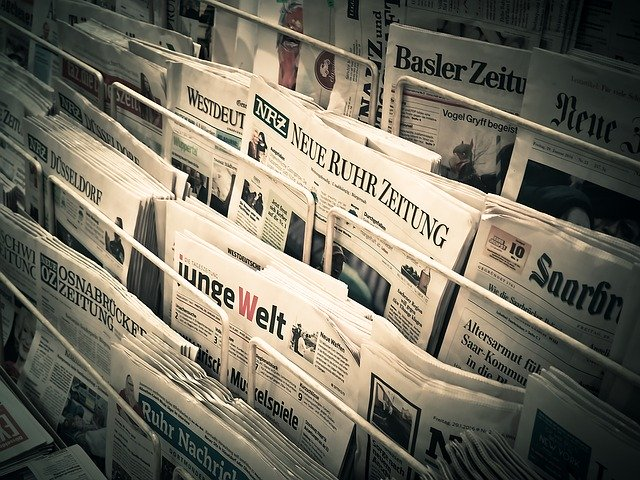 Periódicos de papel colocados en kiosko