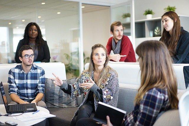 reunión de trabajadores en una oficina de manera informal